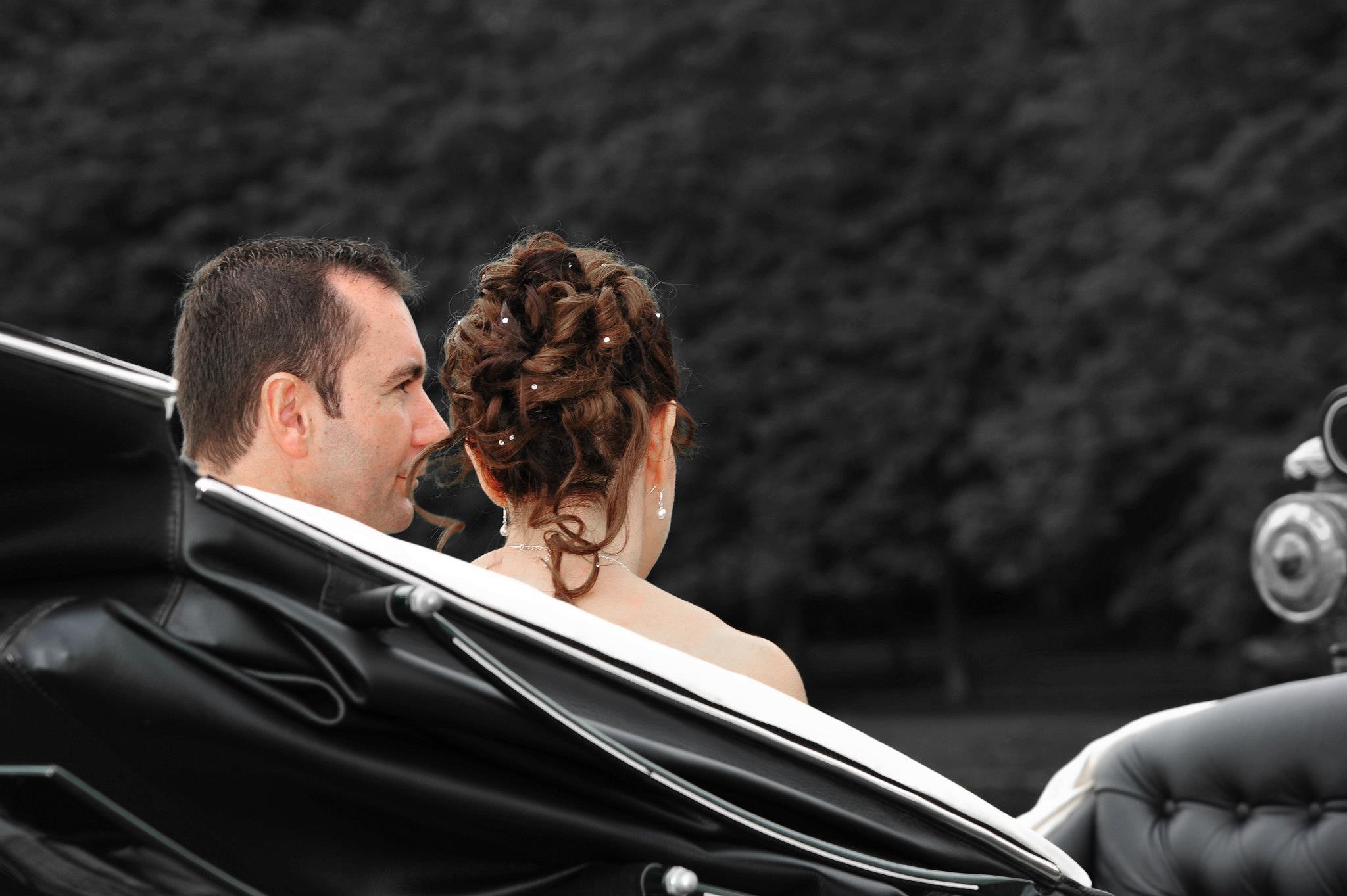 Chignon d'une mariée avec boucles, ornements et perles par Heloise Coiffure