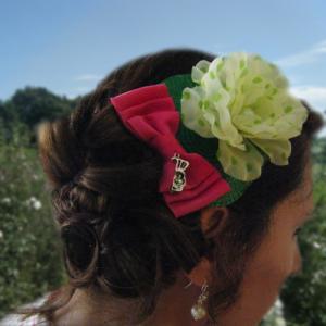 chignon rétro avec fleur et noeud